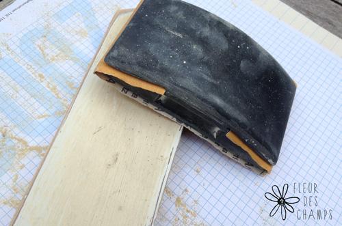 J'ai ensuite poncé les planches qui étaient peintes en beige pour les rendre plus claire mais sans revenir à la fibre de bois partout.
