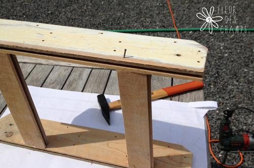 Fixation des bois de renfort. Il n'est pas interdit de planter les clous verticalement ;-)
